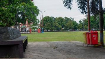 een foto van de sfeer op het stadsplein van Kebumen in de middag die er verlaten uitziet