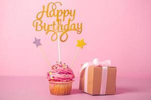 roze verjaardag cupcake met cadeau with foto