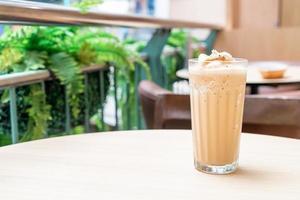 espressokoffie gemengd op tafel in coffeeshopcafé en restaurant foto