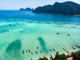 luchtfoto tropisch eiland met resorts phi-phi island foto
