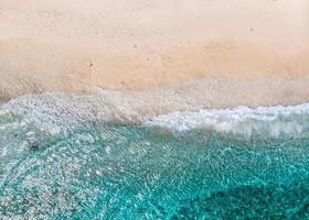 luchtfoto van heldere zeegolven en witte zandstranden in de zomer. foto