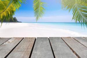 wit zand en de blauwe lucht foto