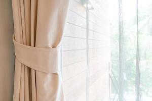 close-up gordijn met raam en zonlicht foto