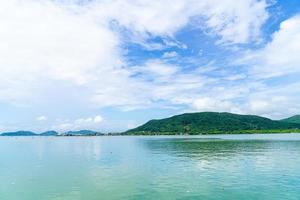 uitzicht op de baai met blauwe lucht in songkla, thailand foto