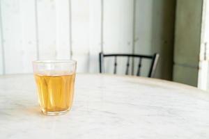 hete chinese thee in glas op tafel foto