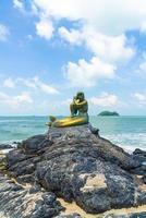 gouden zeemeerminstandbeelden op het strand van Samila. mijlpaal van songkla in thailand. foto