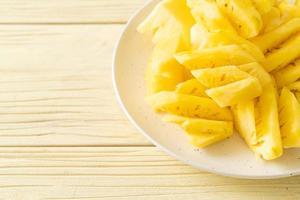 verse ananas gesneden op witte plaat foto