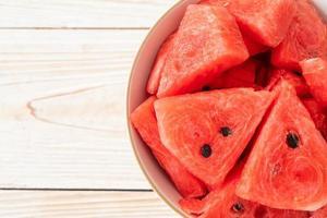 verse watermeloen gesneden in witte kom foto