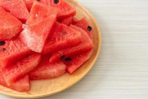 verse watermeloen gesneden op houten plaat foto