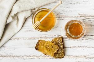 bovenaanzicht honingpotjes met honingraat. mooi fotoconcept van hoge kwaliteit foto
