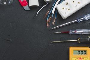 draden schroevendraaiers multimeter. mooi fotoconcept van hoge kwaliteit foto