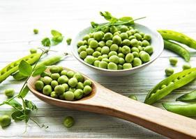groene erwten in witte kom foto