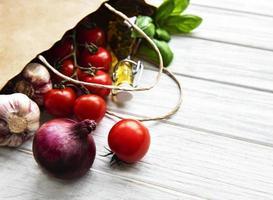 gezonde voeding achtergrond. gezond eten in papieren zak foto