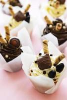 chocolade cupcake op pastelroze achtergrond foto