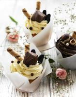 chocolade cupcakes op witte houten achtergrond foto
