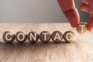 hand zetten werkwoord geschreven in houten bal foto