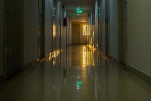 loopbrug in de flat met verlichting van zonlichtachtergrond foto