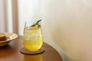 bevroren citroenhoningglas met rozemarijn in café-restaurant foto