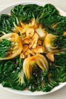 baby chinese kool met oestersaus en knoflook - Aziatisch eten food foto
