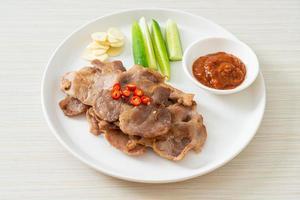 gegrilde varkensnek gesneden op bord in Aziatische stijl foto