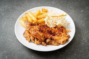 gegrilde pittige barbecue kipsteak met frietjes foto