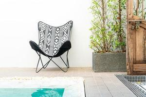 stoel rond zwembad - vakantieconcept foto