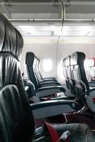 lege vliegtuigstoelen en ramen foto