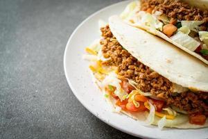 Mexicaanse taco's met kipgehakt foto
