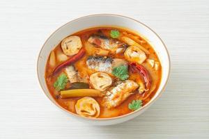 tom yum makreel uit blik in pittige soep foto