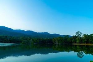 ang kaew-meer aan de universiteit van chiang mai met beboste berg foto