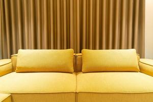 lege gouden mosterdbank in woonkamer foto