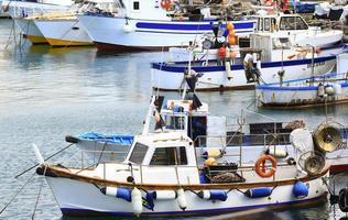 vissersboten afgemeerd in de haven van een Ligurische stad foto