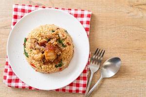 gebakken rijst met thaise basilicum en krokant buikspek - thai food style foto