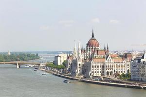 uitzicht op het parlement en de rivier de Donau in boedapest, hongarije foto