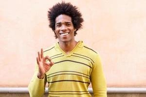 zwarte man met afro-haar met een grappige uitdrukking foto