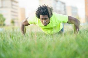 zwarte man doet push-ups foto