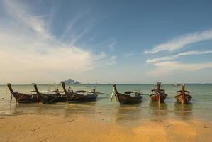 thai traditionele houten lange staart boot strand zand krabi thailand foto