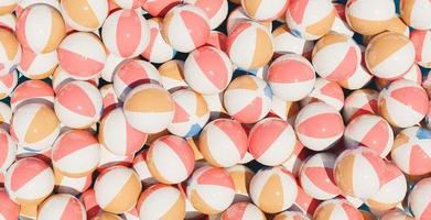 veel strandballen foto