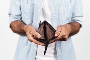 close-up van man handen vasthouden en lege portemonnee. geen geld. foto