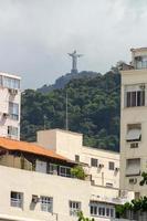 standbeeld van christus de verlosser gezien vanaf de copacabana foto