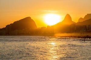 zonsondergang bij leme beach in copacabana, rio de janeiro, brazilië foto