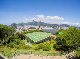 uitzicht vanaf de top van de urca-heuvel, suikerbroodberg in rio de janeiro, brazil foto