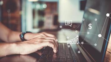 vrouw gebruikt technologie-apparaten smartphone en laptop om te werken of studeren, sluit communicatiezaken aan foto