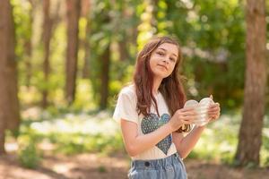 meisje houdt in haar handen een pop-it-spel in de vorm van een hart foto