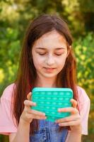 portret meisje met modern pop it speelgoed foto