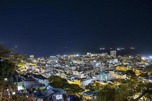 copacabana 's nachts gezien vanaf de top van de cantagalo-heuvel in rio de janeiro, brazilië foto