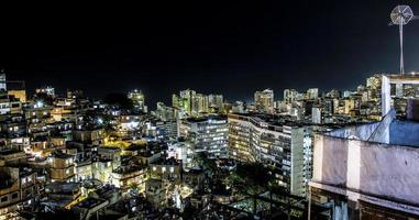 ipanema wijk 's nachts gezien vanaf de top van de cantagalo-heuvel in rio de janeiro, brazilië. foto