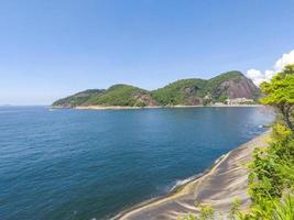 heuvels en de oceaan in rio de janeiro, brazilië foto