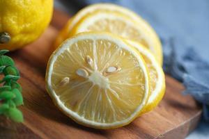 gele citroen op witte achtergrond met kopie ruimte. foto