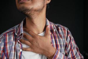 niet-herkende man die lijdt aan keelpijn close-up foto